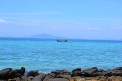 Μακριά βάρκα ουρών στο νησί pi pi στοκ φωτογραφία