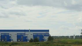 Μακριά βιομηχανικά κτήρια εργοστασίων και αποθηκών από τις εγκαταστάσεις φιλμ μικρού μήκους