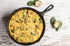 Μακριά βλασταημένος του ψημένων frittata και του σπανακιού αυγών Στοκ φωτογραφία με δικαίωμα ελεύθερης χρήσης