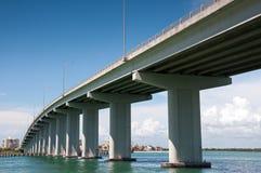 Μακριά γέφυρα πέρα από το νερό Στοκ Φωτογραφία