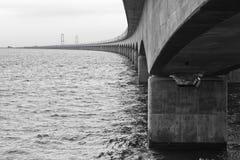 Μακριά γέφυρα που πηγαίνει πέρα από τη θάλασσα Στοκ φωτογραφία με δικαίωμα ελεύθερης χρήσης