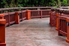 Μακριά γέφυρα στο πάρκο Στοκ εικόνα με δικαίωμα ελεύθερης χρήσης