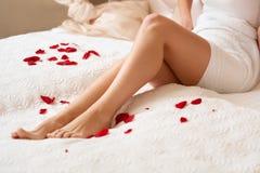 μακριά γυναίκα ποδιών Όμορφες προσοχές γυναικών για τα πόδια Depilation Στοκ φωτογραφία με δικαίωμα ελεύθερης χρήσης
