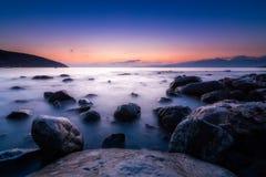 Μακριά εκτεθειμένη φωτογραφία των πετρών στο νερό της Μεσογείου α στοκ φωτογραφίες με δικαίωμα ελεύθερης χρήσης