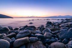 Μακριά εκτεθειμένη φωτογραφία των πετρών στο νερό της Μεσογείου α στοκ εικόνα