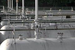 μακριά δεξαμενή αερίου σε ένα εργοστάσιο εγκαταστάσεων καθαρισμού και μια αποθήκευση του αερίου Στοκ Εικόνες