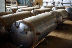 Μακριά θωρακισμένη δεξαμενή για την αποθήκευση και την αποθήκευση του φυσικού αερίου στις εγκαταστάσεις Στοκ Φωτογραφίες