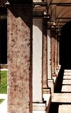 Μακριά κιονοστοιχία ενός μοναστηριού στην αρχαία μονή friars μέσα Στοκ Εικόνα