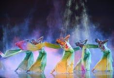 Μακριά μανίκι-λουλούδια ο χαμόγελο-εθνικός λαϊκός χορός Στοκ εικόνα με δικαίωμα ελεύθερης χρήσης