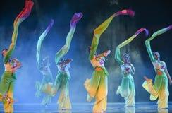 Μακριά μανίκι-λουλούδια ο χαμόγελο-εθνικός λαϊκός χορός Στοκ φωτογραφίες με δικαίωμα ελεύθερης χρήσης