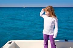 μακριά ξανθό κατσίκι κοριτσιών λίγα που φαίνονται ναυσιπλοΐα Στοκ εικόνα με δικαίωμα ελεύθερης χρήσης