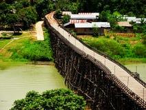 Μακριά ξύλινη γέφυρα στην Ταϊλάνδη Στοκ Εικόνες
