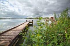 Μακριά ξύλινη αποβάθρα στη μεγάλη λίμνη Στοκ φωτογραφία με δικαίωμα ελεύθερης χρήσης