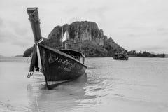 Μακριά πανιά βαρκών και σκαφών ουρών στο νησί, Krabi Ταϊλάνδη στοκ εικόνες