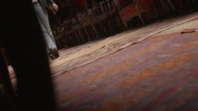 Μακριά πόδια της γυναίκας στο μαύρο κοστούμι που πηγαίνει στην αίθουσα αναμονής του εμπορικού κέντρου απόθεμα βίντεο