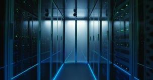 Μακριά ράφια κεντρικών υπολογιστών διαδρόμων πλήρη σε ένα σύγχρονο κέντρο δεδομένων απόθεμα βίντεο