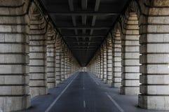 Μακριά σήραγγα κάτω από τη γέφυρα Στοκ Φωτογραφίες