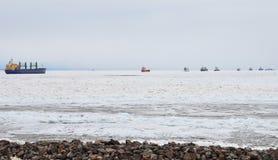 Μακριά σειρά αναμονής των σκαφών στη θάλασσα της Βαλτικής το χειμώνα Στοκ φωτογραφίες με δικαίωμα ελεύθερης χρήσης