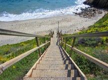 Μακριά σκάλα που οδηγεί επάνω στην παραλία Καλιφόρνιας με τον ωκεανό Στοκ Φωτογραφία