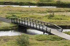 Μακριά στενή γέφυρα περπατήματος στην Ισλανδία Στοκ φωτογραφίες με δικαίωμα ελεύθερης χρήσης