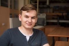 μακριά στενό να ανατρέξει φωτογραφικών μηχανών νεολαίες πορτρέτου ατόμων Στοκ φωτογραφία με δικαίωμα ελεύθερης χρήσης