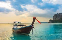 Μακριά τροπική παραλία βαρκών ουρών, Krabi, Ταϊλάνδη Στοκ Φωτογραφίες