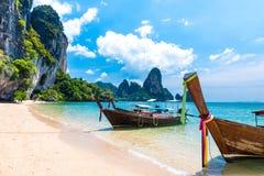 Μακριά τροπική παραλία βαρκών ουρών, Krabi, Ταϊλάνδη Στοκ Εικόνα