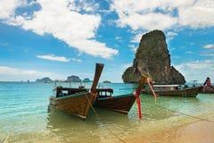Μακριά τροπική παραλία βαρκών ουρών, Krabi, Ταϊλάνδη Στοκ φωτογραφίες με δικαίωμα ελεύθερης χρήσης