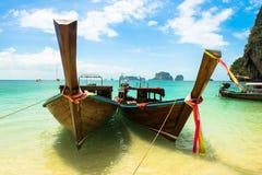 Μακριά τροπική παραλία βαρκών ουρών, Krabi, Ταϊλάνδη Στοκ φωτογραφία με δικαίωμα ελεύθερης χρήσης