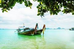 Μακριά τροπική παραλία βαρκών ουρών, Krabi, Ταϊλάνδη Στοκ Εικόνες
