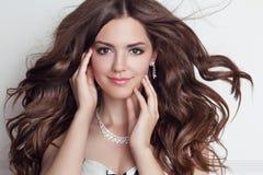 Μακριά φυσώντας τρίχα Όμορφο πρότυπο κοριτσιών brunette με το makeup, FA Στοκ φωτογραφία με δικαίωμα ελεύθερης χρήσης