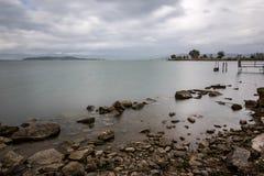 Μακριά φωτογραφία έκθεσης των βράχων και των πετρών σε μια λίμνη, με το perfectl Στοκ φωτογραφίες με δικαίωμα ελεύθερης χρήσης