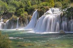 Μακριά φωτογραφία έκθεσης των όμορφων μεγάλων καταρρακτών στο εθνικό πάρκο Krka στοκ φωτογραφία με δικαίωμα ελεύθερης χρήσης