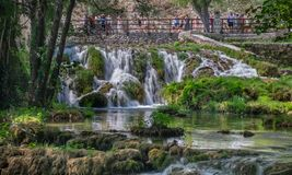 Μακριά φωτογραφία έκθεσης των όμορφων μικρών καταρρακτών στο εθνικό πάρκο Krka στοκ φωτογραφία με δικαίωμα ελεύθερης χρήσης