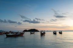 Μακριές έκθεσης βάρκες ουρών σκιαγραφιών μακριές με τον ουρανό ανατολής Koh στο νησί Lipe Στοκ Εικόνες