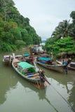 Μακριές βάρκες ουρών στην αποβάθρα κοντά στο AO Nang σε Krabi, Ταϊλάνδη Στοκ εικόνα με δικαίωμα ελεύθερης χρήσης