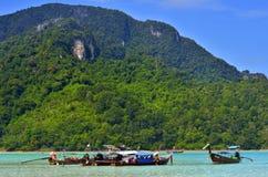 Μακριές βάρκες ουρών στον κόλπο Loh Dalum Phi Phi στο νησί, Ταϊλάνδη Στοκ Εικόνες