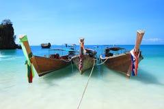 Μακριές βάρκες ουρών koh στο νησί της Hong, θάλασσα Andaman της Ταϊλάνδης στοκ εικόνα