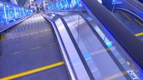 Μακριές κυλιόμενες σκάλες στη σύγχρονη λεωφόρο απόθεμα βίντεο
