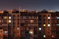 Μακριές πολυκατοικίες πατωμάτων φωτογραφιών 9 και 10 έκθεσης νύχτας στα κόκκινα και μπλε χρώματα Η μεγάλη ζωή πόλεων είναι εδώ στοκ φωτογραφίες με δικαίωμα ελεύθερης χρήσης