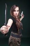 μακριές προκλητικές νεολαίες γυναικών μαχαιριών τριχώματος πυροβόλων όπλων Στοκ φωτογραφία με δικαίωμα ελεύθερης χρήσης
