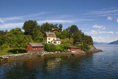 Μακρινά και ειδυλλιακά σπίτια στο hardangerfjord, Νορβηγία Στοκ Εικόνες