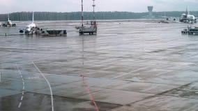 Μακρινή άποψη των ανθρώπων που παίρνουν στο αεροπλάνο στον αερολιμένα το λεωφορείο με τους επιβάτες πηγαίνει με το αεροπλάνο απόθεμα βίντεο