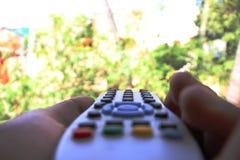 Μακρινή ελέγχοντας φύση TV όπως το καθολικό μακρινό στοκ φωτογραφία