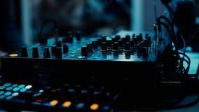 Μακρινή κινηματογράφηση σε πρώτο πλάνο του DJ Νύχτα που χορεύει στη λέσχη Εργασίες του DJ για τον τηλεχειρισμό απόθεμα βίντεο