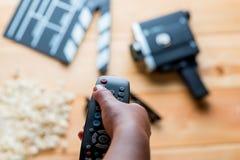 Μακρινός από τη TV υπό εξέταση στο υπόβαθρο του κινηματογράφου Στοκ εικόνα με δικαίωμα ελεύθερης χρήσης