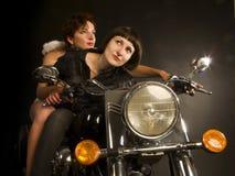 Μακρινός φανείτε κορίτσι ποδηλατών με τον άγγελο φυλάκων Στοκ φωτογραφία με δικαίωμα ελεύθερης χρήσης