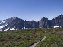Μακρινό ίχνος πεζοπορίας βουνών Στοκ φωτογραφίες με δικαίωμα ελεύθερης χρήσης