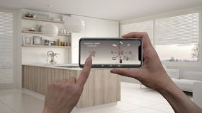 Μακρινό εγχώριο σύστημα ελέγχου σε μια ψηφιακή έξυπνη τηλεφωνική ταμπλέτα Συσκευή με app τα εικονίδια Εσωτερικό της σύγχρονης κου στοκ εικόνες με δικαίωμα ελεύθερης χρήσης