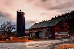Μακρινό και παλαιό αγρόκτημα σε μια αγροτική περιοχή Στοκ Εικόνα